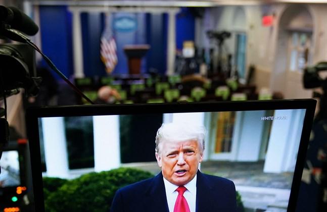 """Trots flera uppmaningar att försöka gjuta olja på vågorna och mana till lugn fortsatte president Donald att pumpa ut sitt budskap om grovt valfusk och maningar om att inte låta """"motståndarna"""" ta över makten. Till slut fick Twitter nog och raderade flera av presidntens inlägg och stängde av hans konto."""
