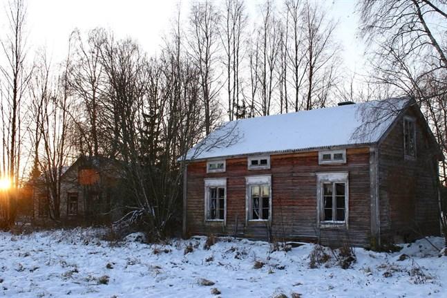 Bland annat en fastighet med två gamla bostadshus finns till försäljning i Vexala.