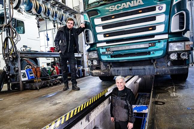 Service av lastbilar och andra tyngre fordon är något som både Dennis Häggblom och Krister Wiik ägnat sina yrkesliv åt. Som vd sköter Häggblom nu mer administrativa uppgifter, medan Wiik är nybliven pensionär.