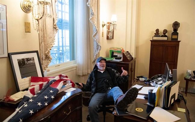 En Trump-anhängare tog sig hela vägen in till demokraten Nancy Pelosis kontor. Pelosi är representanthusets talman.