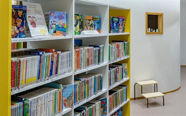 Pedersöre kommun vill sporra lågstadiebarns läsning under sommaren. Som en del av sommarskolan ordnas en läskurs i juni.