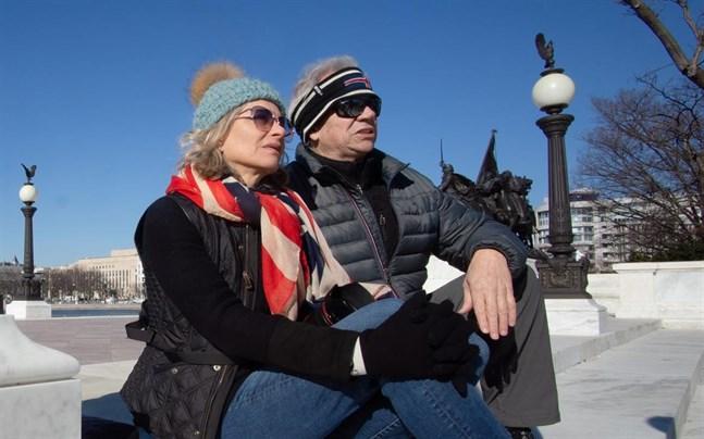 Robert och Kelli McDill från Kansas sitter utanför Capitolium dagen efter oroligheterna i USA:s kongress.