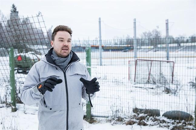 Tommi Mäki hoppas att Vasa kan få någon form av konstis redan nästa vinter. Han tror att det är bra att frågan nu utreds separat från flytten av bobollsplanen.