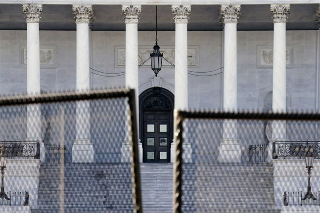 En kongresspolis i Washington DC har avlidit efter onsdagens upplopp vid Kapitolium.
