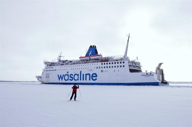 Wasaline fastande inte i isen 2020, trots tuffa förhållanden. Nästa år trafikerar färjan i betydligt somrigare förhållanden.