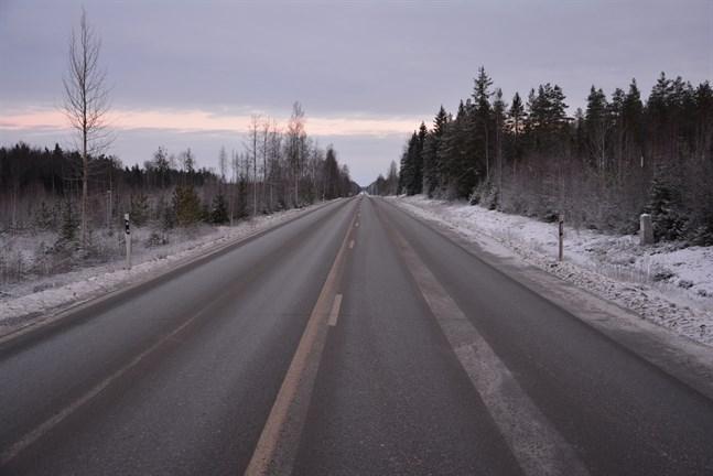 Riksväg 8 borde breddas på avsnittet från Övermark till Bäckliden. Det inbegriper avsnittet nära Vargberget, men någon tidsplan finns inte.