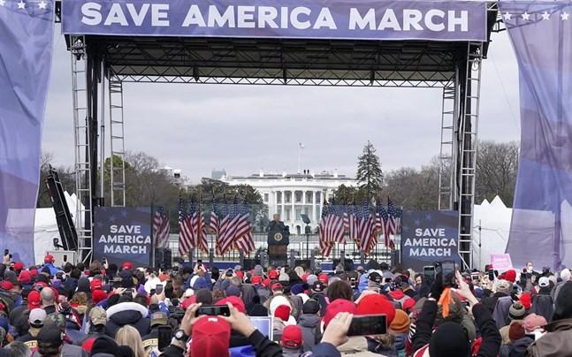 USA:s president Donald Trump under ett framträdande i onsdags, före våldsamheterna vid Kapitolium (i bakgrunden) i Washington DC.