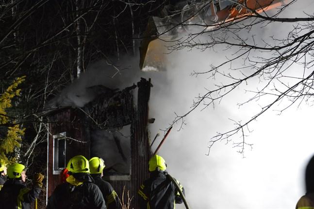 Grävmaskin assisterar brandkåren i släckningsarbetet i branden i Dagsmark.