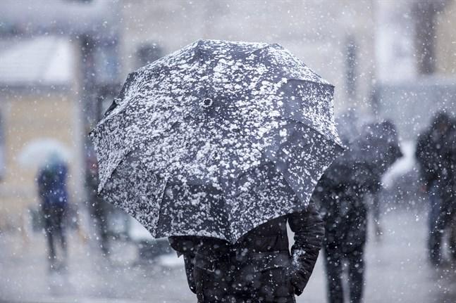 På tisdagen väntas ett kraftigare snöfall och stormbyar med en vindhastighet på upp till 20 meter per sekund, särskilt i södra och sydvästra Finland.
