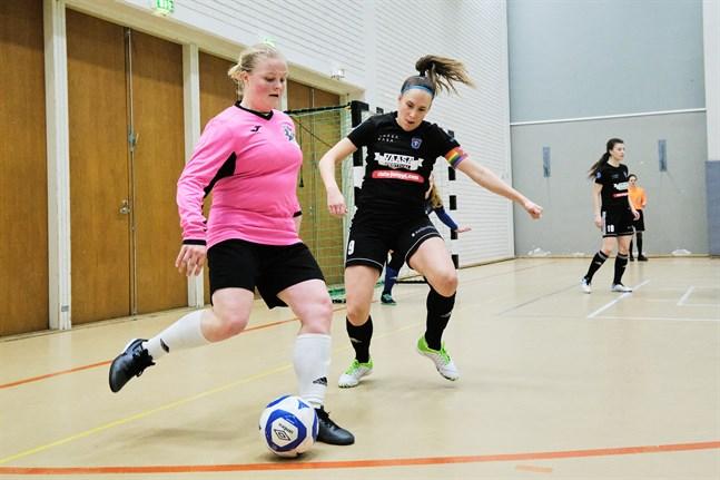 Bilden, där Maarit Vitikka är till höger, är från FC Sports match mot ACE i början av januari.