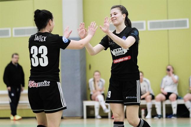 Anni Rintanen, till höger, var matchens stora profil. Här firar hon ett av sina mål med Tiialeena Hakala.