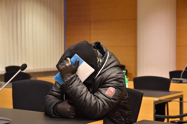 Den man som står åtalad för att ha iscensatt sin tidigare svärfars död bestrider bedrägeriet. Helsingfors tingsrätt inledde behandlingen av det uppmärksammade fallet på måndagen.