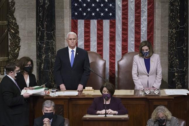 USA:s republikanske vicepresident Mike Pence och representanthusets demokratiska talman Nancy Pelosi när kongressen i torsdags återupptog sitt arbete efter attacken.