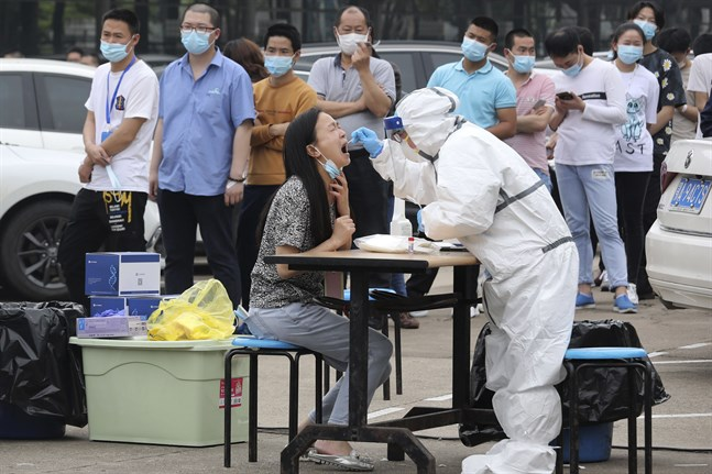 Anställda på en stor fabrik i Wuhan i Kina testas för covid-19, den 15 maj 2020. Det var i Wuhan coronaviruset upptäcktes i slutet av 2019.