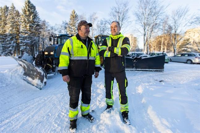 Niklas Björkman och Ari Hankilanoja arbetar för Vasa stad som underhållsarbetare. De är redo för vinterns snö.