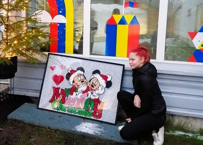 Yasmine Bodbacka donerade en pärltavla till barnavdelningen på Malmska sjukhus.