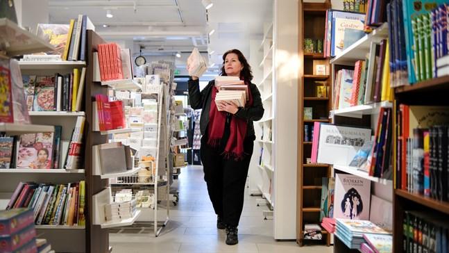 Anna-Lena Palomäki på Akademiska Bokhandeln Gros i Vasa säger att för författare är det guldläge att ge ut böcker i början av året eftersom konkurrensen är mindre så här års.