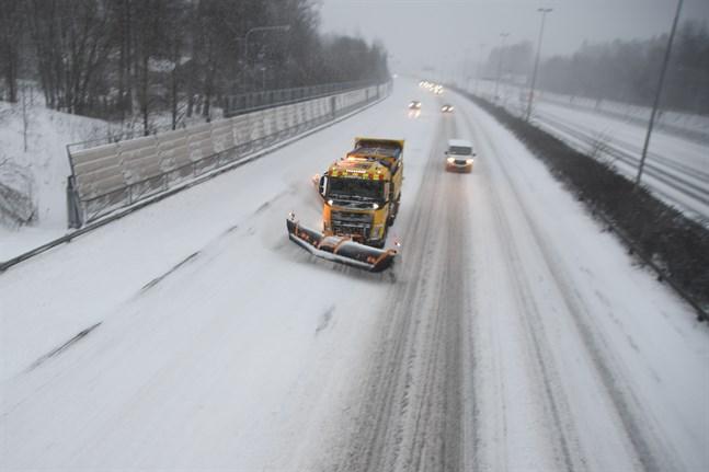 Snöstormen Toini trasslade till trafiken i sydvästra Finland riktigt ordentligt på tisdagen.