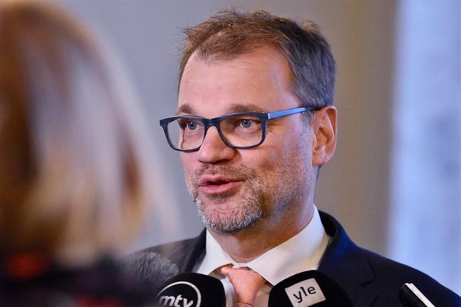 Riksdagsledamot Juha Sipilä (C) attackerades av en fotgängare vid riksdagen förra veckan.