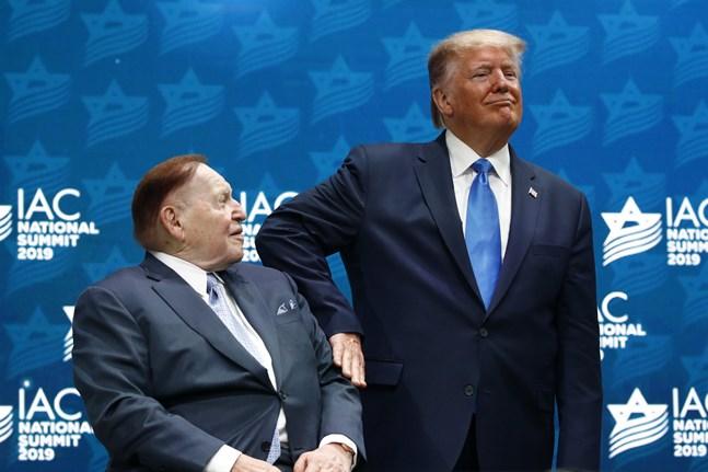 President Donald Trump och hans största bidragsgivare, Sheldon Adelson. Arkivbild.