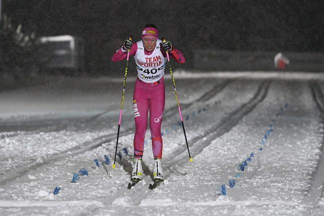 Kerttu Niskanen gled över mållinjen som överlägsen segrare efter fem kilometer klassisk åkning i Vandaterrängen.