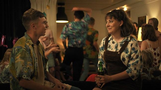 """Calle (Walter Kloo) och Esther (Mathilda Kruse) trivs bra ihop i serien """"Jag kommer""""."""