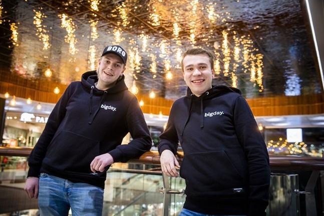 Dennis Asplund och Herman Hagnäs (till höger) tar internationellt kända EDM-artister till Vasa.