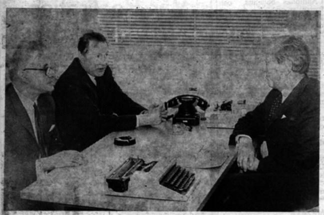 I Pjelax informerades prof. Jan-Magnus Jansson bl.a. om vilka troliga följder en invallning av Pjelaxfjärden kan komma att få. För informationen svarade fabrikör Levi Mangs (t.v.) och lärare Levi Klåvus.