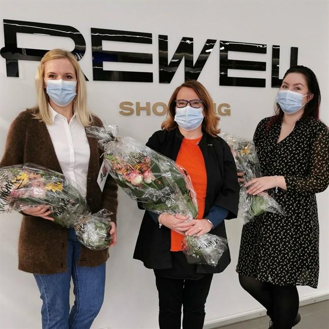 """Paulina Sand från Aukia Brand Store, Sari Männikkö från Suomalainen kirjakauppa och Jenna Sederström från Vila tog emot utmärkelsen """"Årets företag"""" i Rewell 2020."""
