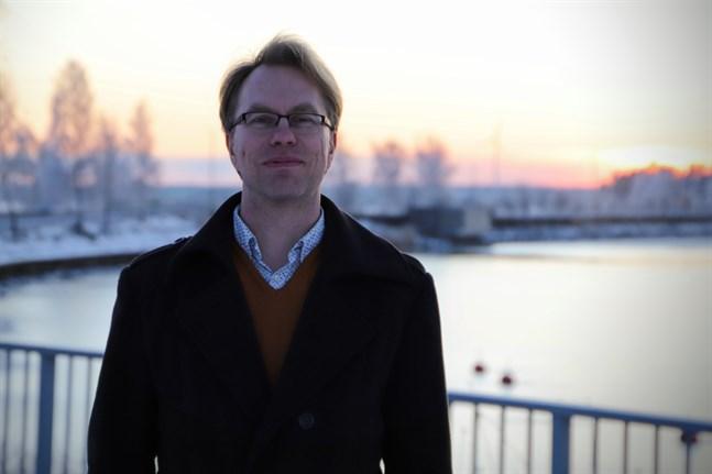 Petri Välisuo har forskat i vindkraftsbuller. Han säger att man måste hitta en balans mellan individ, samhälle och industri när det gäller placeringen av vindkraftverk.