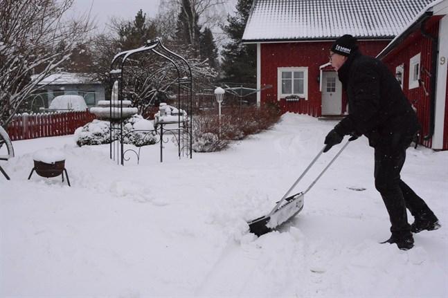 Bror-Erik Sundberg i Kristinestad har plockat fram snöskoveln. Han räknar med att få använda den fler gånger under tisdagen.