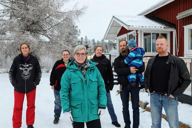 Henna Kapanen, Charlotta Celvin, Sirpa Kallio, Elina Ihamäki-Närkki, Vesa Närkki med sonen Otto och Jarmo Koskinen önskar att Vörå fattar beslut om den finska skolans framtid på nämndens nästa möte.