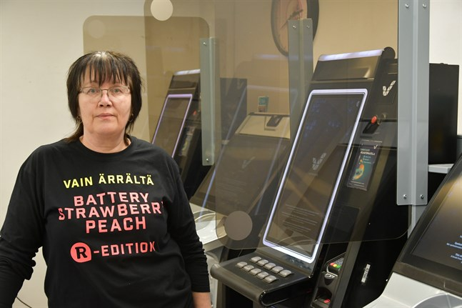 Köpman Soile Hiisiö i Kristinestad hoppas att spelautomaterna snart får öppnas igen – då krävs också identifiering för att få använda dem.