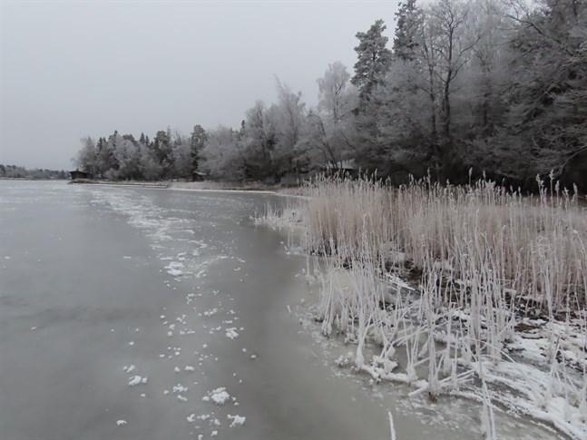 Ledörssundet ligger frostgrått i januaridagen.