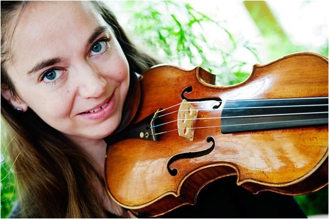 Violinisten Annemarie Åström medverkar i MÖK:s konsert på Kaustby kammarmusikvecka.
