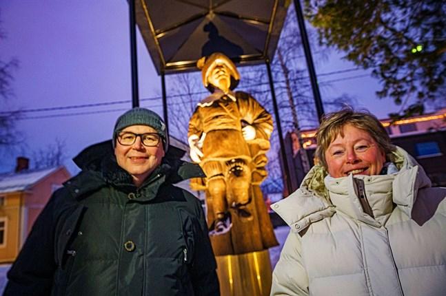 Kungastatyn i Karleby fick belysning och tak. Energis vdMikko Rintamäki och Stina Mattila Karlebys stadsdirektör höll tal.