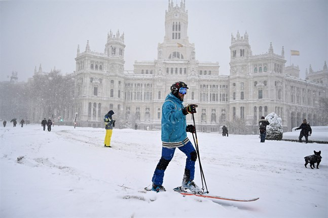 Cibeles-torget i Madrid i vinterskrud.