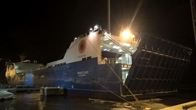 Det 190 meter långa roro-fartyget Tavastland besökte Kaskö för första gången på tisdagen. Fartyget anlöper härefter varje vecka på rutten mellan bland annat Lübeck, Zeebrygge och Kemi. m/v Tavastland ägs av svenska rederiet Wallenius Sol.