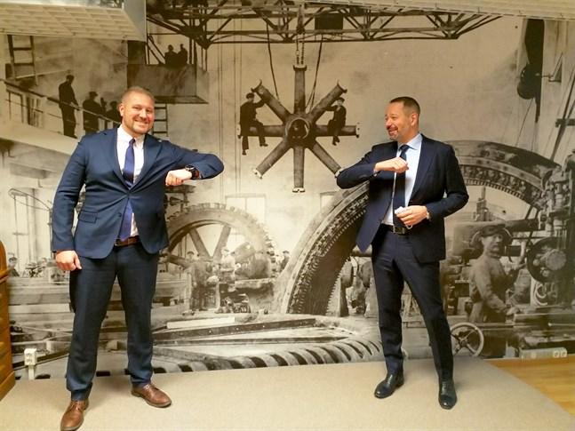 Henri Kinnunen och Tomas Harju-Jeanty skakar hand på coronavis.
