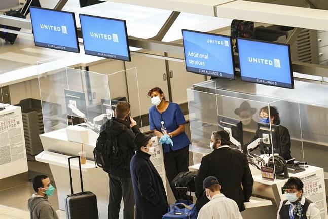 Resenärer väntar på att få checka in på LaGuardia-flygplatsen i Queens, New York. Från den 26 januari måste resenärer till USA ha testat negativt för covid-19 före avresa. Arkivbild.