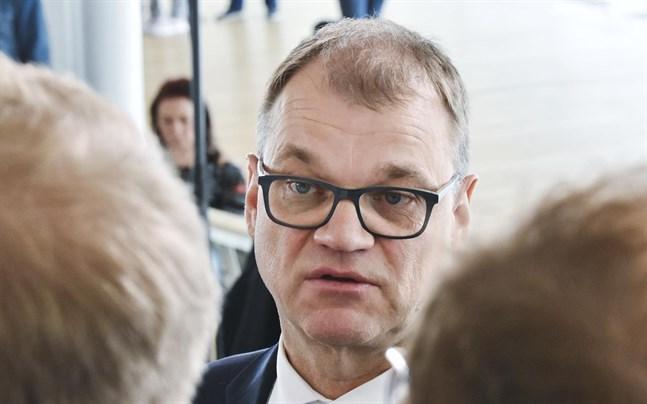 Riksdagsledamot Juha Sipilä skulle korsa vägen då en förbipasserande plötsligt slog till honom i början av januari.