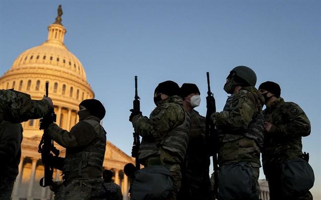 Nationalgardet vakar utanför medan kongressen där inne diskuterar vad den ska göra med Donald Trump.