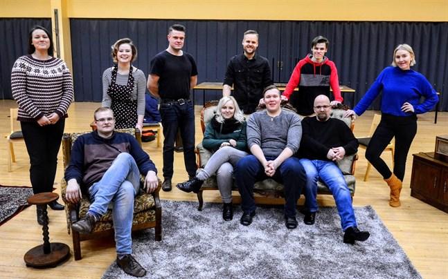 Här är gänget bakom Närpes Teaters uppsättning av Råttfällan. Stående från vänster Catharina Wickman, Tilda Eklund, Nicklas Granvik, teaterns ordförande Simon Nystén, Christoffer Söderback och Marja Vuori. Sittande Victor Båsk, Samantha Nygård, Robert Sjöström och Daniel Norrback.