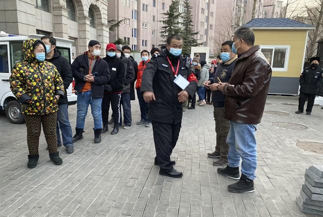 Folk köar i Peking för att bli vaccinerade mot covid-19.