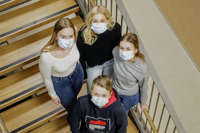 Hanna Norrgård, Frida Ingman, Linn Wester och Anton Fors är övertygade om att sociala medier spelar en roll i ungdomars välmående.