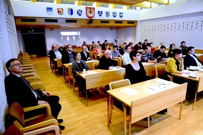 42 kandidater är hittills klara för kommunalvalet i Närpes. En av dem är förra stadsdirektören Hans-Erik Lindqvist.