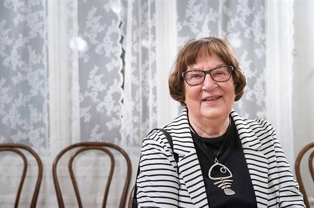 Författaren Anita Wikman blev överraskad när hon fick veta att hon skulle få Nykarleby stads kulturpris.