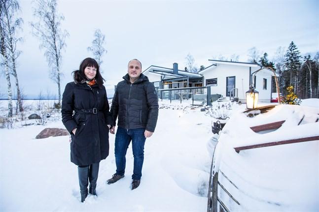 Hanna Sillanpää och Stefan Hjorth trivs i fritidshuset i Petsmo och hoppas få göra det till sin fasta adress.