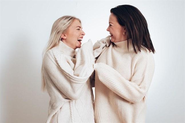 Julia Lövdahl och Elin Karppinen satsar på en ärlig podd med humor.