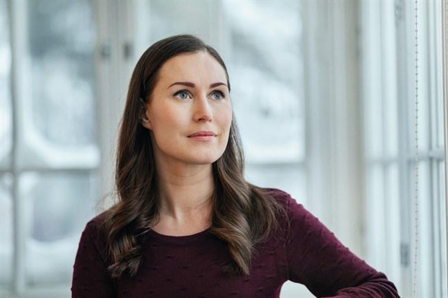 När vi träffar statsminister Sanna Marin (SDP) i hennes tjänstebostad Villa Bjälbo ska hon strax i väg för att diskutera coronaåtgärder med resten av regeringen. Hon säger att beredskapslagen inte tillämpas nu men om läget kräver ser hon det inte som omöjligt.